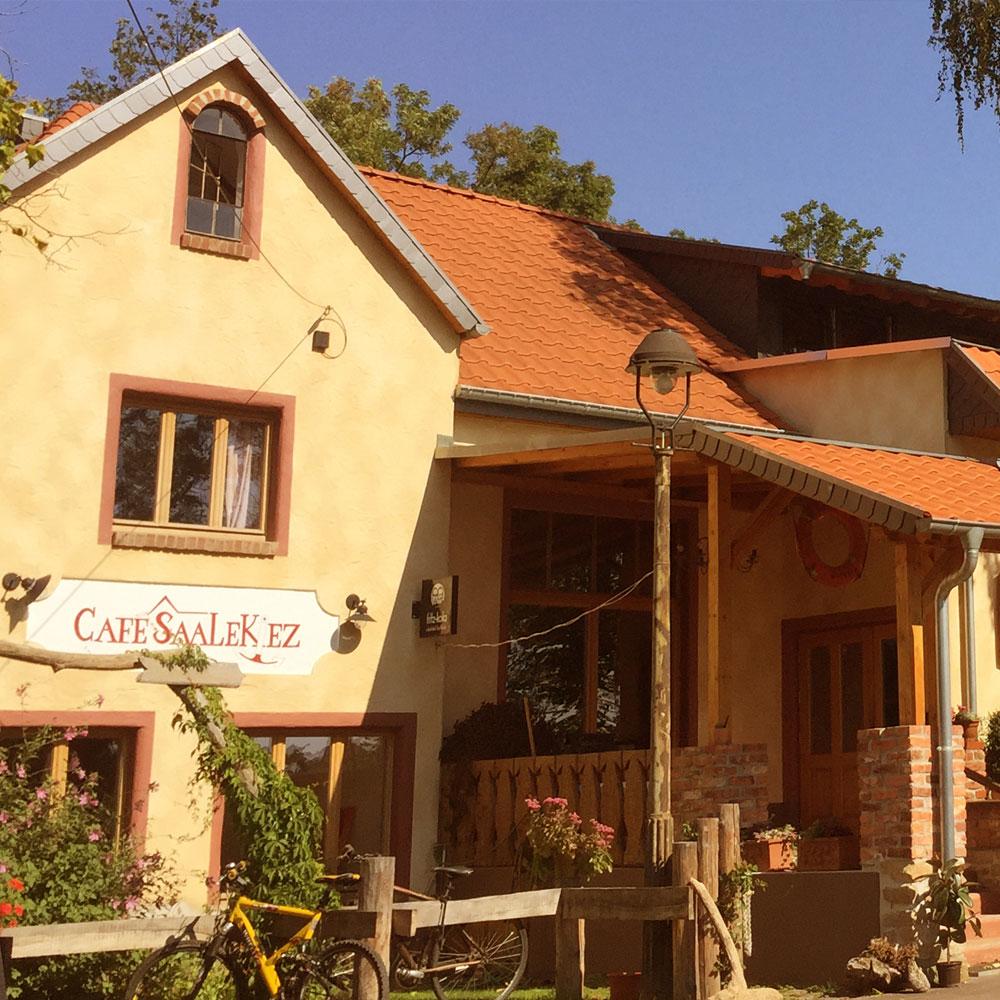Café Saalekiez Außenansicht Eingang