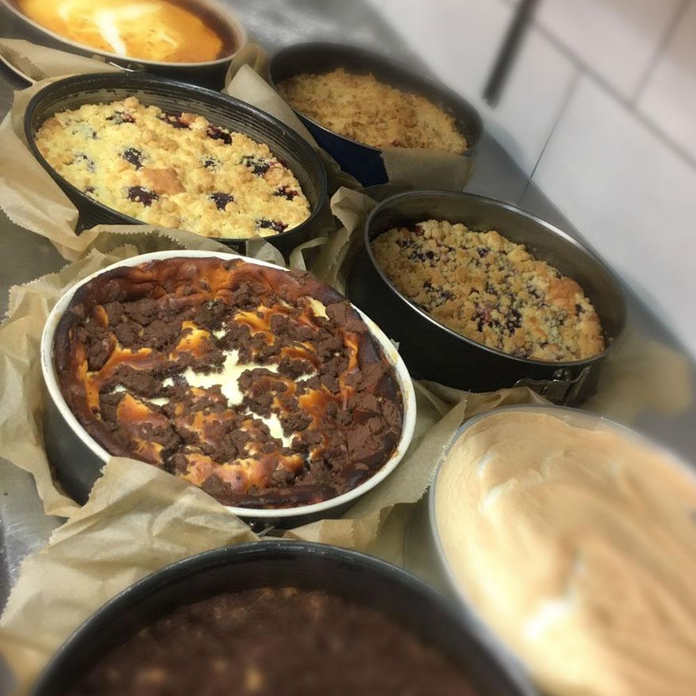 frisch gebackener Kuchen im Café Saalekiez