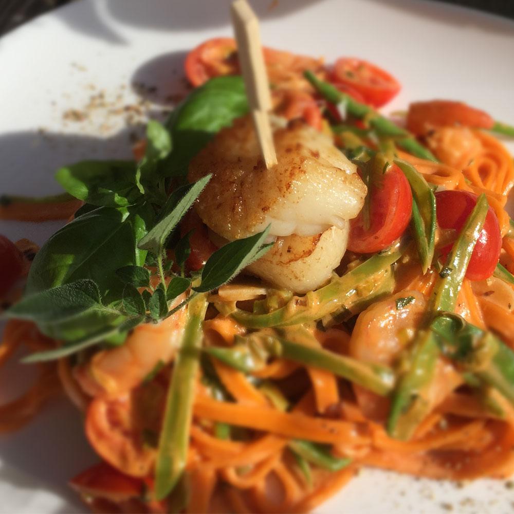 Saalekiez-Tomatenpasta-mit-Jacobsmuschel-hausgemacht